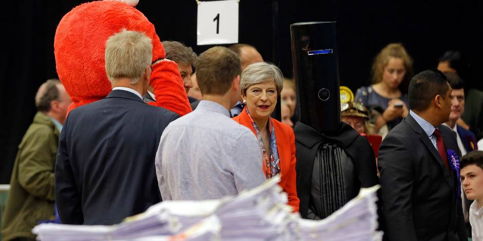 """Theresa May """"suspendue à un fil"""": La presse britannique sous le choc (REVUE DE PRESSE)"""