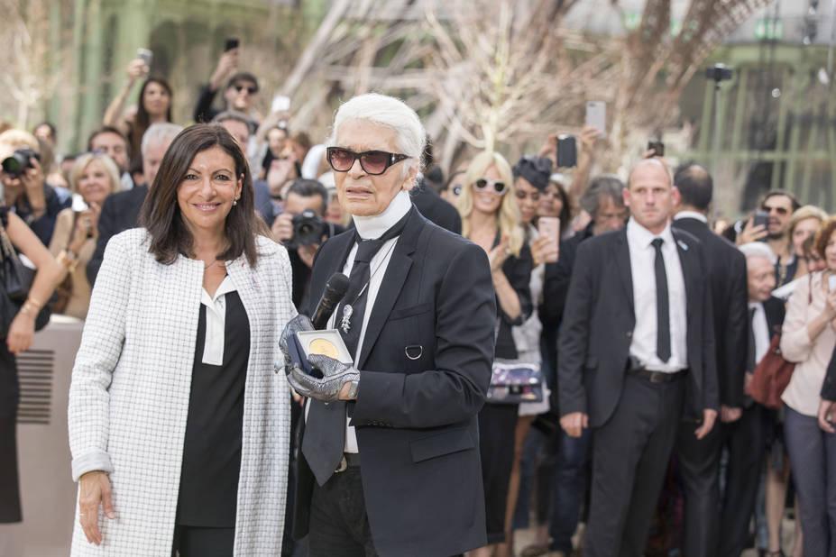 Anne Hidalgo remet la médaille Vermeil de la Ville de Paris à Karl Lagerfeld