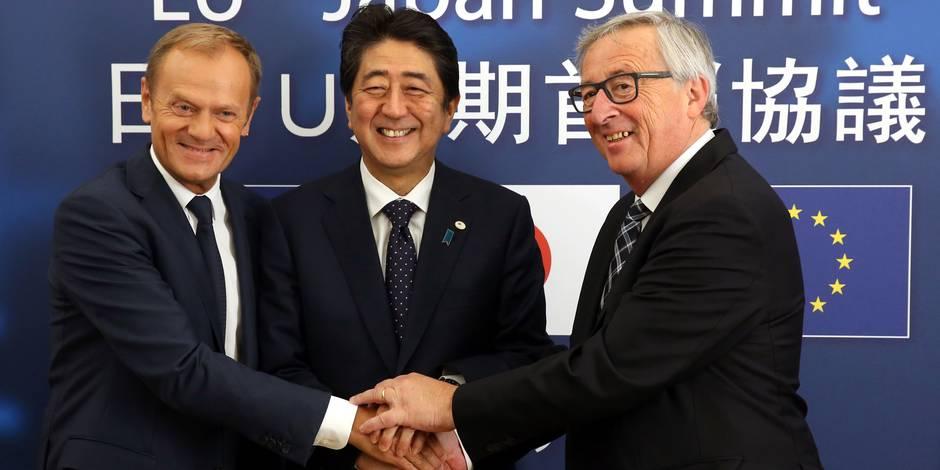 Marché conclu. Le président du Conseil européen Donald Tusk, le Premier ministre japonais Shinzo Abe et le le président de la Commission européenne, Jean-Claude Juncker, se congratulent après la signature de l'accord politique sur le Jefta.