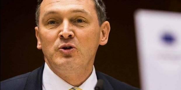 Le sénateur Karl Vanlouwe (N-VA) modifie sa plaque d'immatriculation et refuse de payer l'amende - La Libre