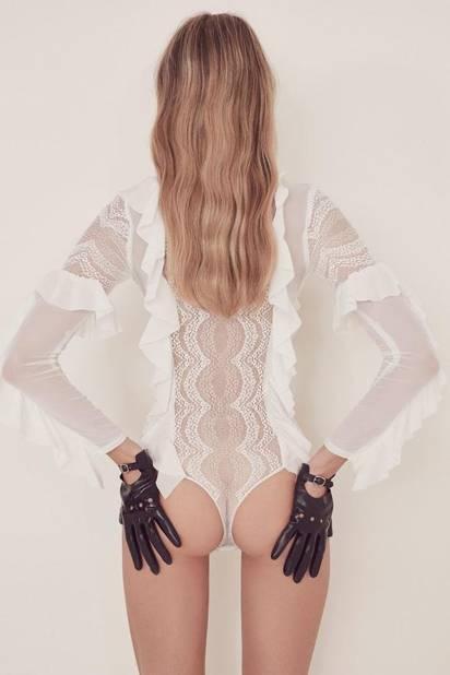 (Dés)Habillée. Un body sexy qui peut se transformer en chemise sexy pour une soirée torride…  164.21€ Eva Lace Ruffle Bodysuit/For Love And Lemons