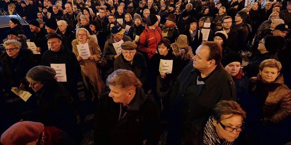Marche à Varsovie en mémoire de l'homme qui s'est immolé pour protester contre le pouvoir