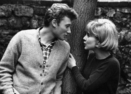 Cardigan en laine et chemise à carreaux : au début des années 1960, Johnny est plus gendre idéal que bad boy.