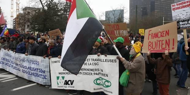 Plus de 6.500 personnes manifestent à Bruxelles pour la démission de Theo Francken (PHOTOS) - La Libre