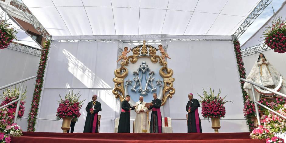 Chaleur au Pérou mais douche froide au Chili pour le pape François