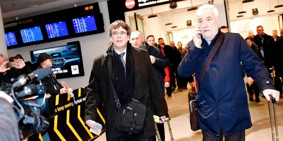Former Catalan leader Carles Puigdemont (L) arrives on January 22, 2018 at Copenhagen Airport in Denmark. Former Catalan leader Carles Puigdemont arrived in Copenhagen, defying a threat by Madrid to issue a warrant for his arrest if he leaves Belgium, where he has been in exile since a failed independence bid. Puigdemont is to take part in a debate on Catalonia at the University of Copenhagen. / AFP PHOTO / Scanpix / Tariq Mikkel Khan / Denmark OUT