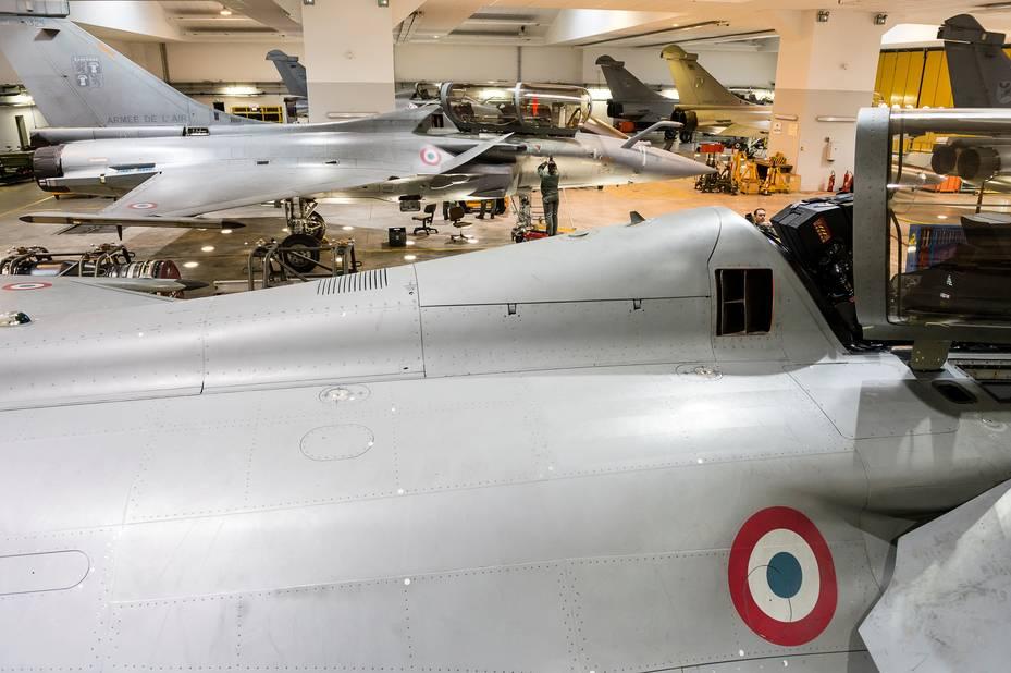 Escadron de soutien technique aéronautique (ESTA) Rafale sur la base aérienne 113 à Saint-Dizier. Hangar.