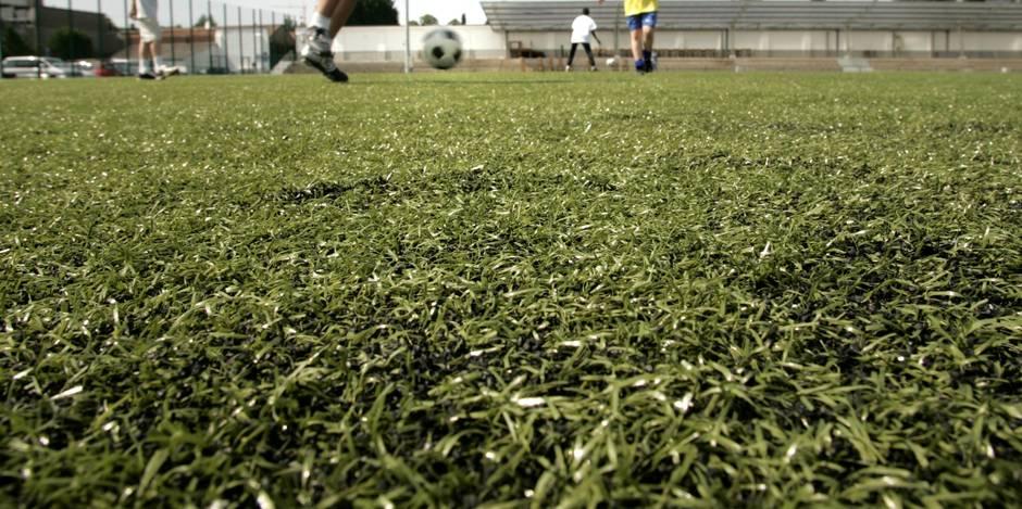 Les billes noires des terrains de foot synthétiques responsables de cancers chez les joueurs?