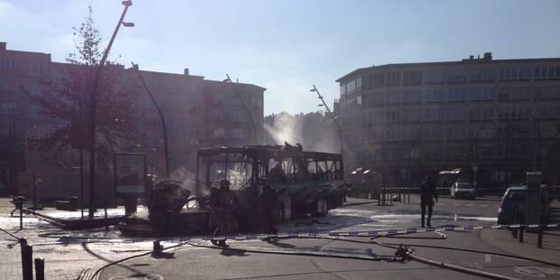 Un bus scolaire prend feu à Schaerbeek - La Libre