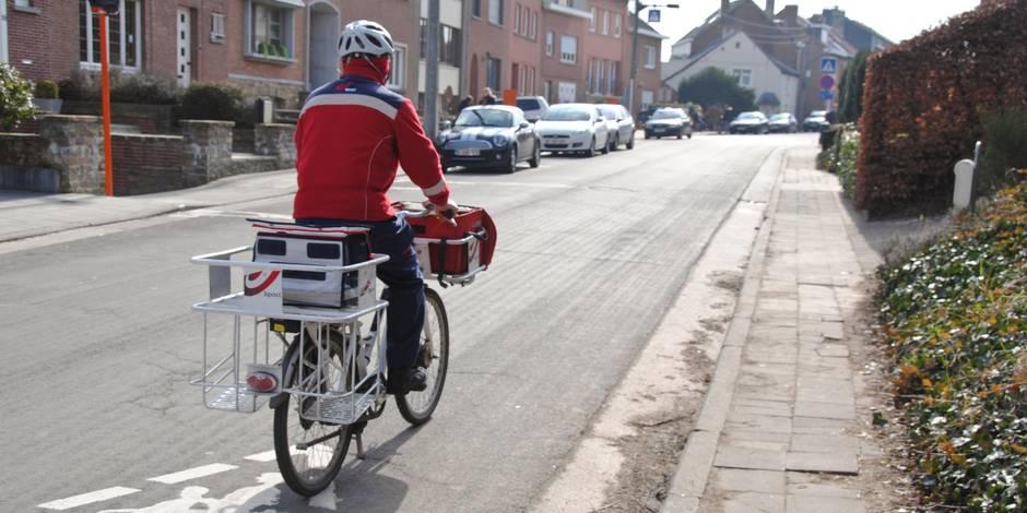 bpost facteur poste courrier distribution vélo sport santé écologie pollution sac entreprise publique casque lettre boîte rue