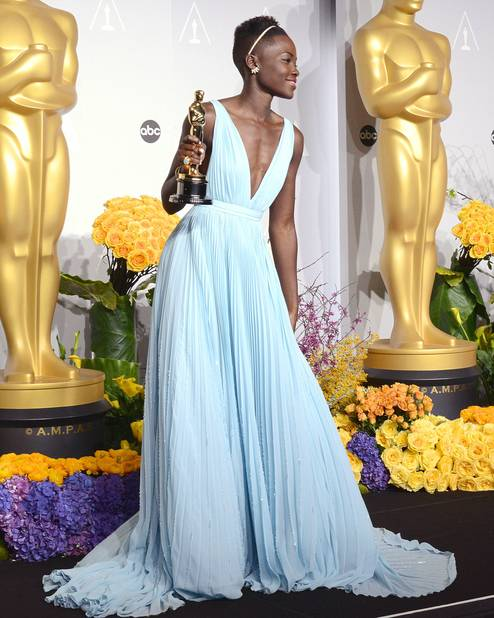 Lupita Nyong'o est sacrée meilleure actrice dans une magnigique robe bleu ciel                                    Prada, en 2014