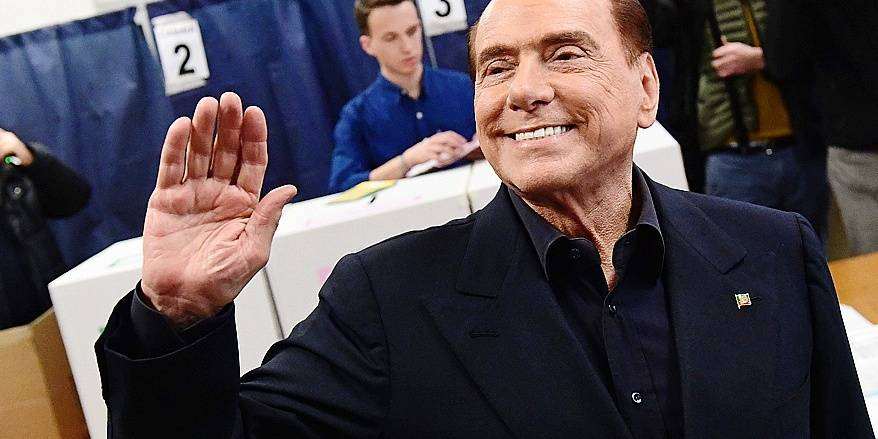Silvio Berlusconi, leader of right-wing party Forza Italia, waves before to vote on March 4, 2018 at a polling station in Milan. Italians vote today in one of the country's most uncertain elections, with far-right and populist parties expected to make major gains and Silvio Berlusconi set to play a leading role. / AFP PHOTO / Miguel MEDINA