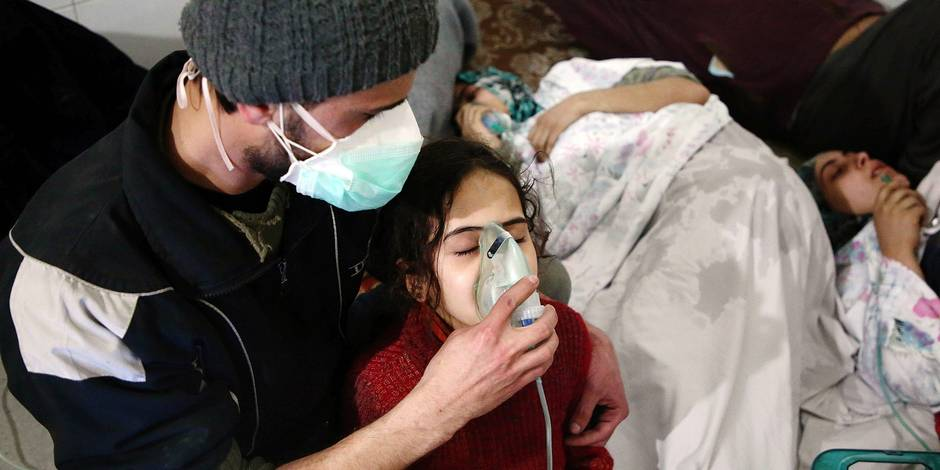 TOPSHOT - Syrians receive treatment for breathing difficulties at a clinic in Syria's Eastern Ghouta on March 7, 2018, after regime air strikes. Dozens of people were treated for breathing difficulties after air strikes slammed into Syria's Eastern Ghouta, the Syrian Observatory for Human Rights said, with medics reporting symptoms consistent with a toxic attack. / AFP PHOTO / Amer ALMOHIBANY
