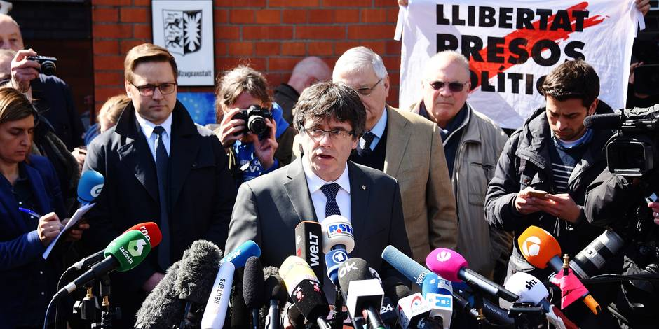 06 April 2018, Germany, Neumuenster: Former Catalan Regional President Carles Puigdemont is released on bail and surrounded by journalists as he leaves the correctional facility where he was detained. Photo: Daniel Bockwoldt/dpa Reporters / DPA