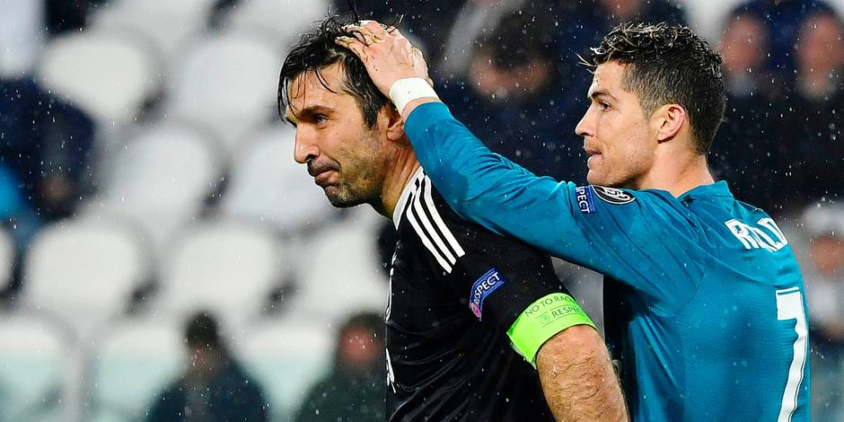 Real Madrid's Portuguese forward Cristiano Ronaldo (R) comforts Juventus' goalkeeper from Italy Gianluigi Buffon at the end of the UEFA Champions League quarter-final first leg football match between Juventus and Real Madrid at the Allianz Stadium in Turin on April 3, 2018. Ronaldo scores twice as Real Madrid beat Juventus 3-0. / AFP PHOTO / Alberto PIZZOLI