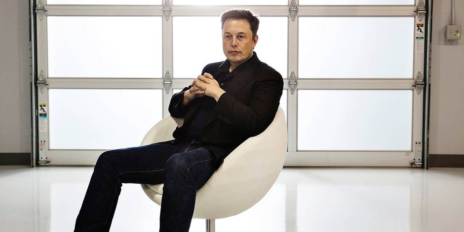 """October 16, 2014 - Fremont, California, United States: Elon Musk, the chairman, C.E.O., and product architect of Tesla Motors,with the """"Golden Steering Wheel"""", the leading car award in Europe at the Tesla plant. (Nancy Pastor/Polaris) © PHOTO NEWS / PICTURES NOT INCLUDED IN THE CONTRACTS *** local caption *** 04962528"""